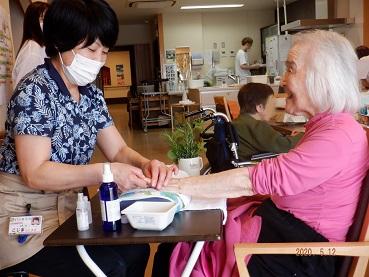 【日常の一コマ】特別養護老人ホーム「ゆるり」でアロママッサージ